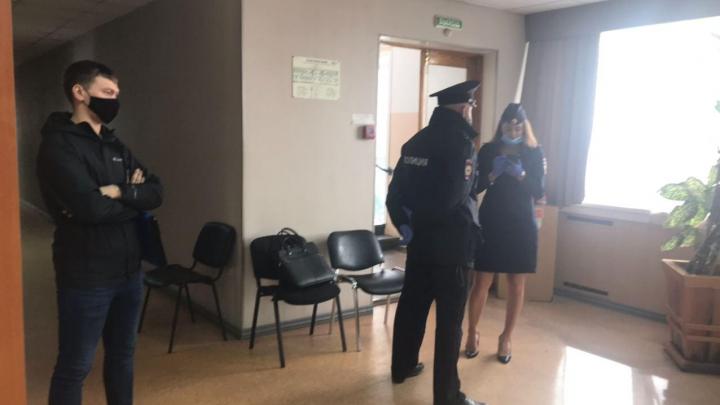 Скандал на участке: видео, как новосибирская полиция разбирается с сообщением о вбросе бюллетеней