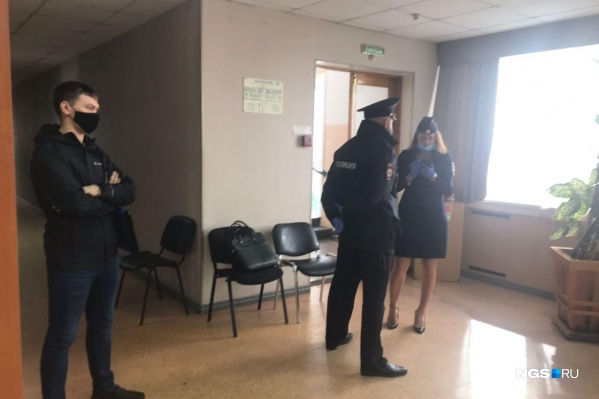 Корреспондент НГС сообщает, что на избирательном участке работает полиция