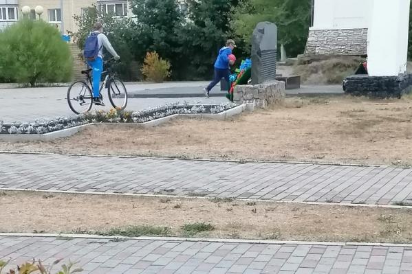 Жители Боровского опубликовали в соцсетях фото, на которых дети играли у мемориала Победы и пинали мяч в мемориал