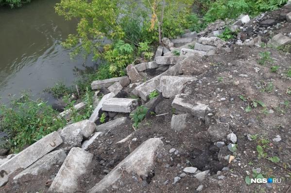 Поребрики на берег реки были выброшены в мае и очень быстро начали сползать с берега в воду