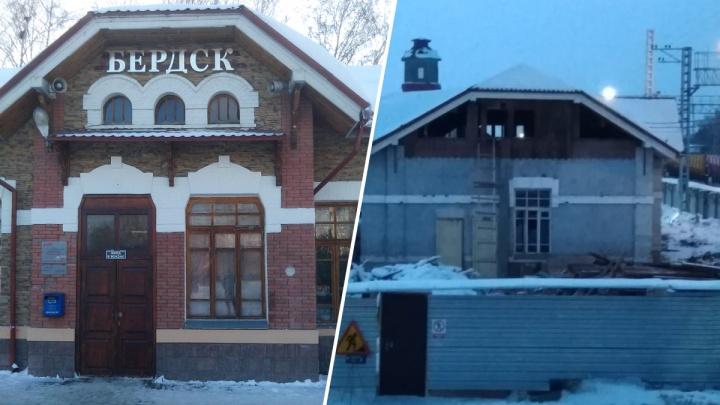 В 100-летнем здании вокзала под Новосибирском выбили окна — общественники испугались, что его снесут