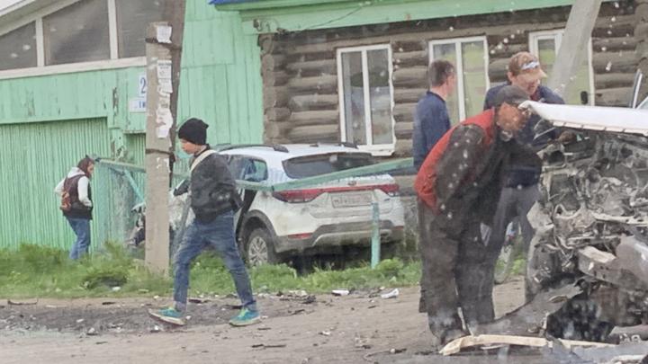 В Горном Щите KIA после столкновения с Toyota протаранила дом, три человека в больнице