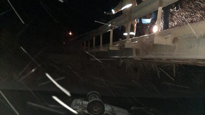 В Башкирии ВАЗ-2109 упал с моста в реку. Погибли три человека