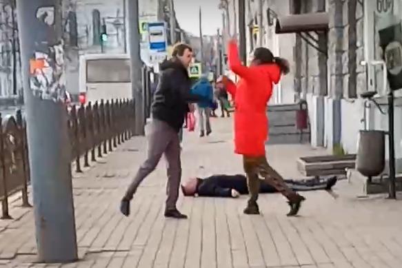 Досталось даже женщине: в Сети выложили видео драки на центральной улице Ярославля