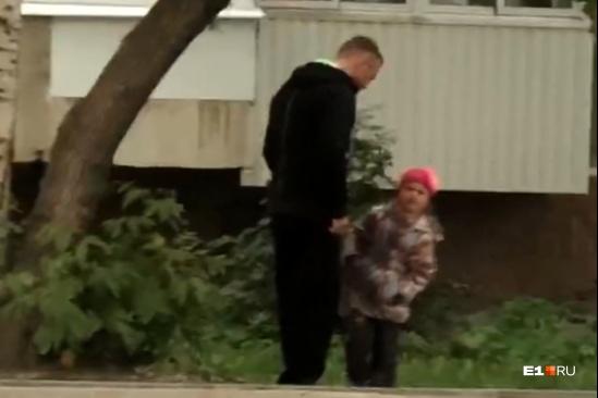 Очевидцы успели снять на видео, как мужчина бьет маленькую девочку кулаком по лицу