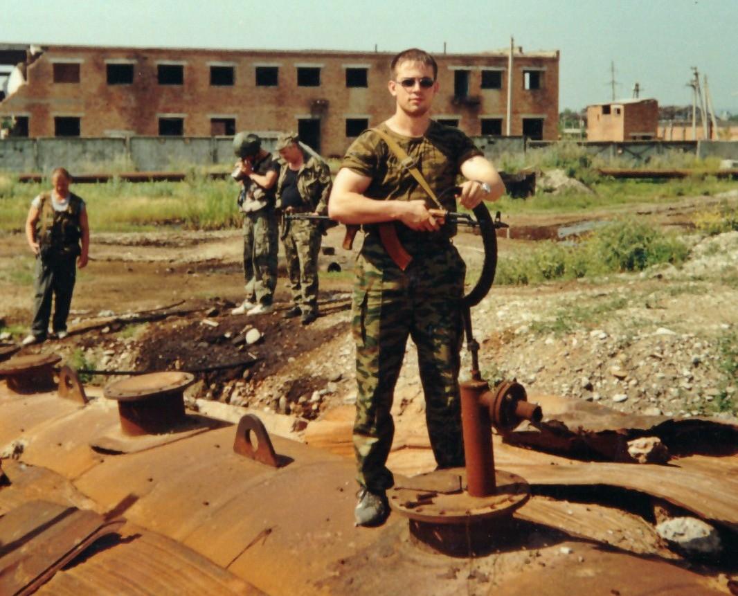 2000 год: Алексей Мартынов на месте ликвидации подпольного мини-НПЗ. На заднем плане — Валерий Лобанов и Александр Енбахтов