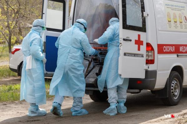 Одного заболевшего сотрудника забрали в госпиталь из дома