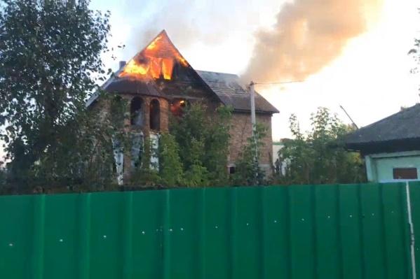 Огонь в считаные минуты охватил здание. По всей округе был виден дым