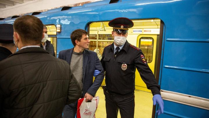Как полицейские выводили людей из вагонов: 10 кадров, которые попадут в историю