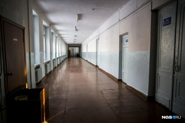 Опустевшие школьные коридоры еще не скоро заполнятся детьми. Дистанционное образование в Новосибирске продлили еще на полторы недели