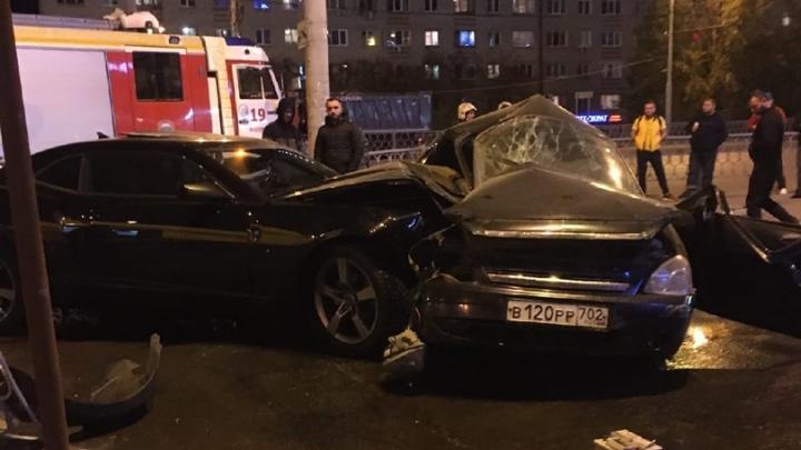 «Водителя зажало в машине»: на проспекте Космонавтов Lada и Chevrolet столкнулись и вылетели на тротуар