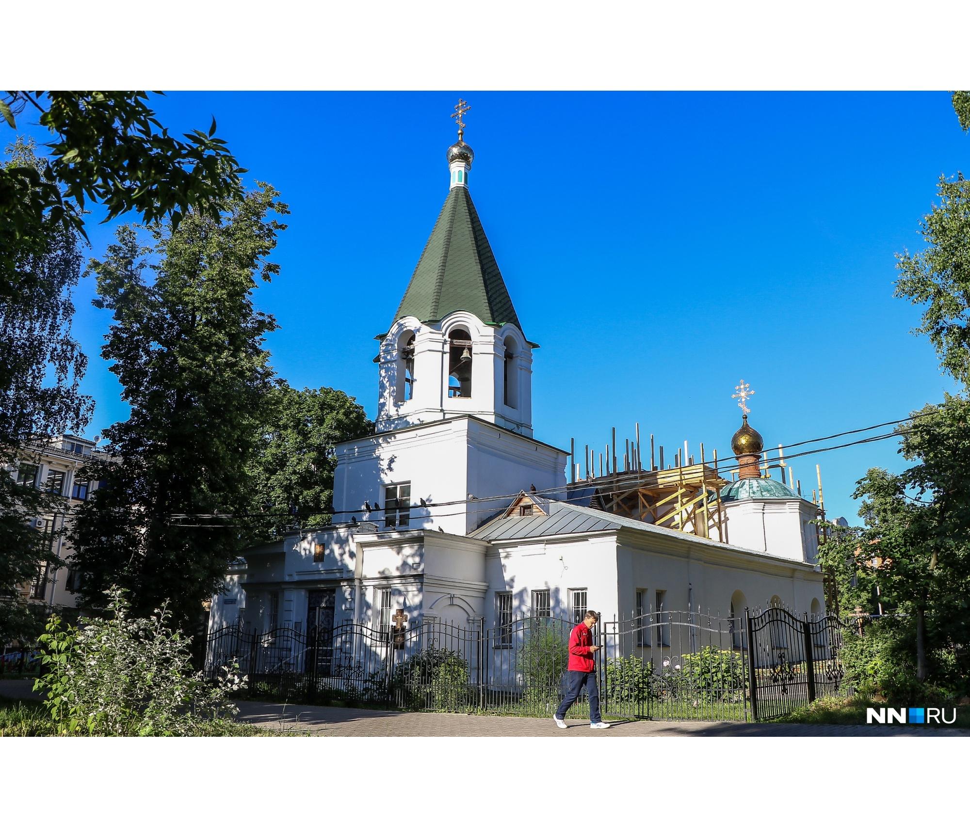 Церковь расположилась во дворе среди жилых домов
