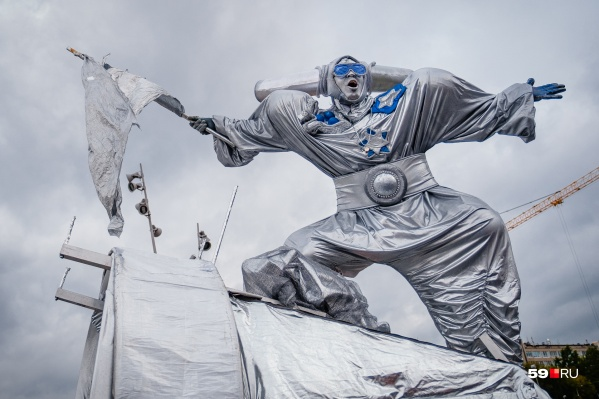 Нет-нет, это не новый памятник в Перми, а артист одного из уличных театров