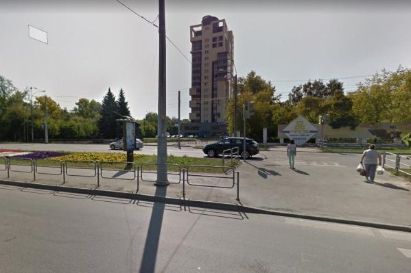 Чтобы попасть в школу или парк имени Терешковой, пешеходам приходится преодолевать две проезжие части