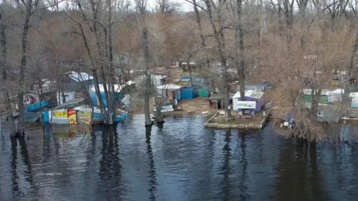 Вода подступает: видеоблогер снял с высоты затопленные дома на Поджабном