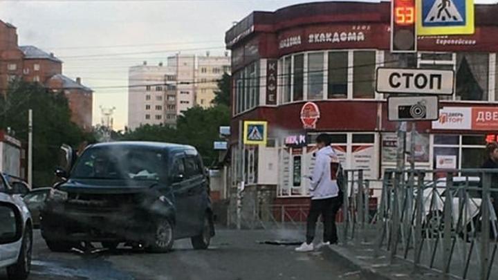 В Октябрьском районе столкнулись «Тойота» и «Мазда» — одного из водителей увезли в больницу