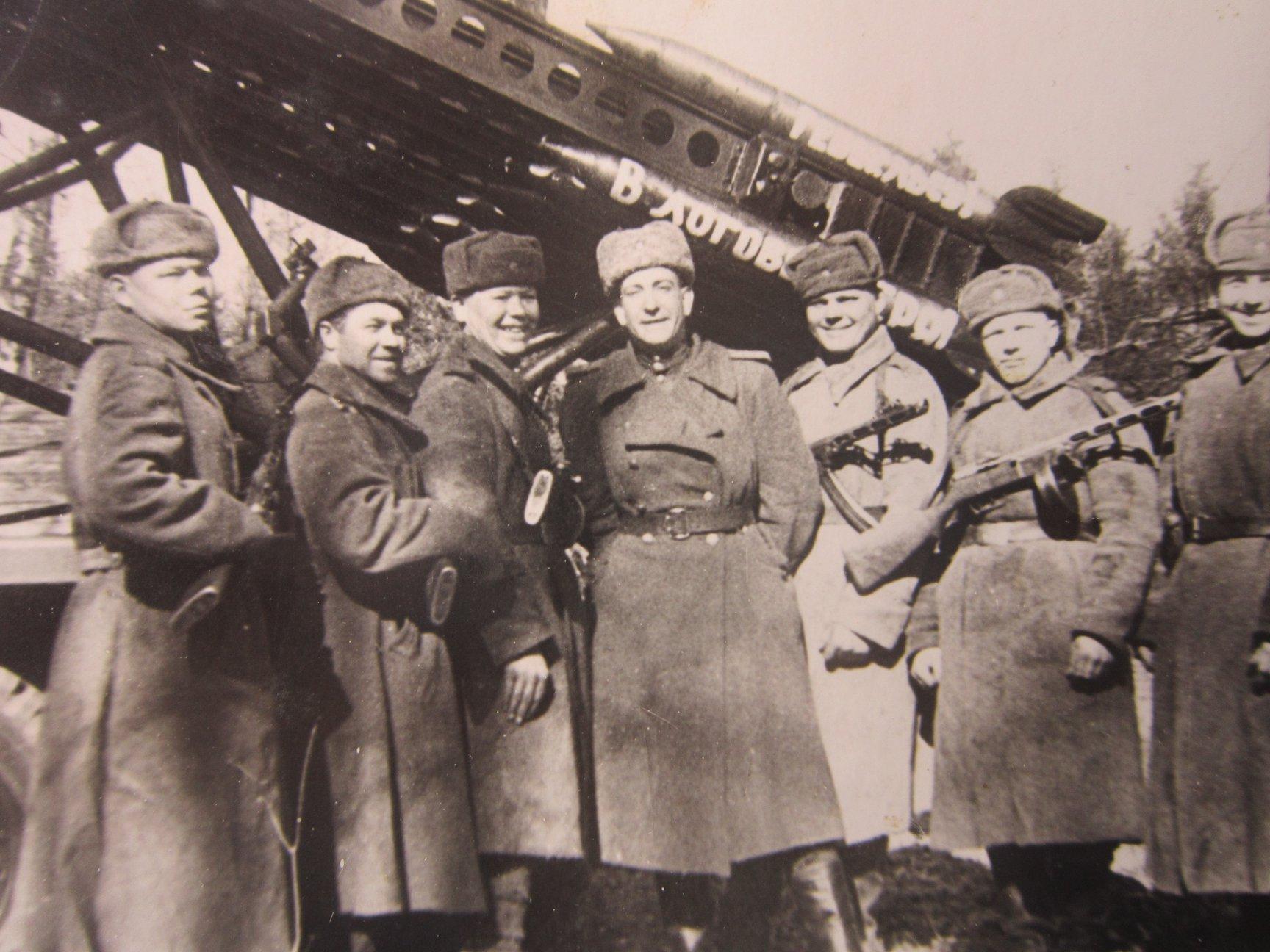 Николай Цветков (в центре) с товарищами рядом с «катюшей»