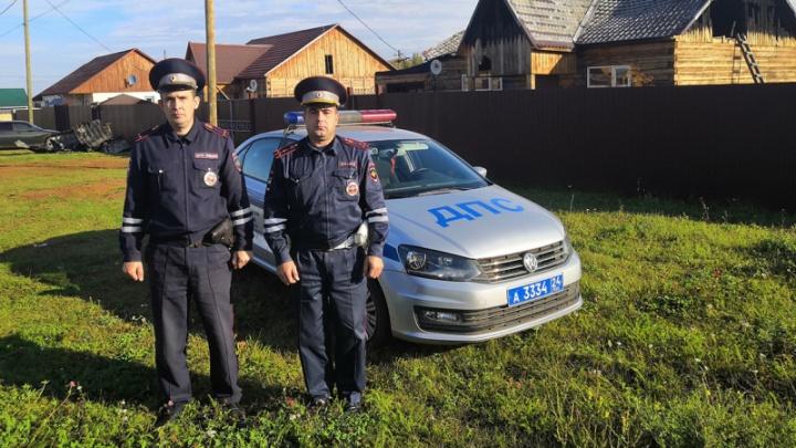 Инспекторы ДПС после смены спасли из огня жителей двух домов