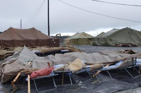 Последствия сильного ветра в палаточном городке, где держат вахтовиков