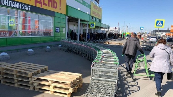 Во время карантина перед входом в омский «Леруа Мерлен» образовалась огромная очередь