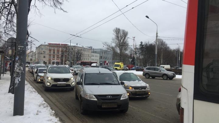 Ярославль встает в плотные пробки: куда лучше не соваться на машине