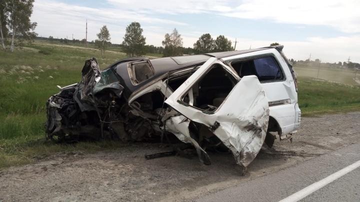 Ехал на буксире, оказался на встречной полосе: микроавтобус устроил аварию на новосибирской трассе