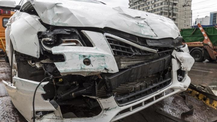 Ночью лихач на Toyota врезался в столб и вылетел на тротуар в Волгограде