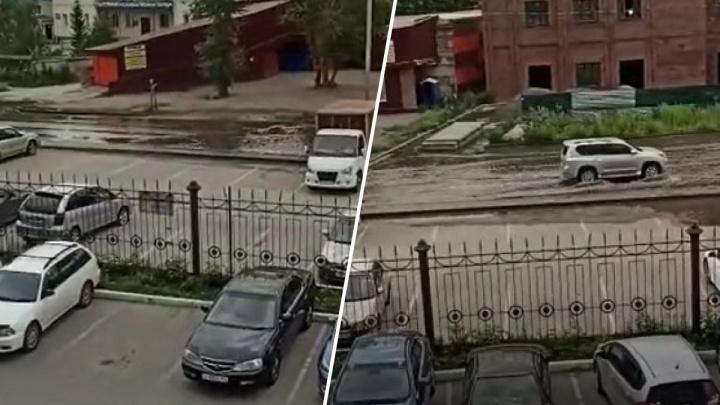 «Никто ничего не делает»: в Новосибирске третий день топит дорогу на Колхидской