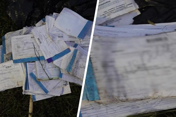 Эта находка возмутила жителей окрестных домов на улице Садовой: в лестном массиве они обнаружили выброшенные медкарты умерших людей