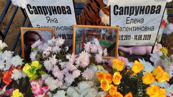 На могиле игрушки, цветы и конфеты: убитых девочек-сестёр из Омска похоронили в Рыбинске
