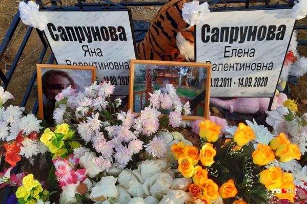 Могила девочек усыпана цветами