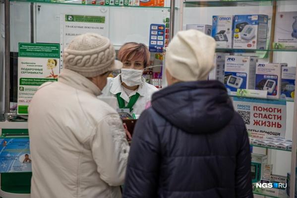 Почти весь март в аптеках было трудно найти маски. Даже некоторым фармацевтам приходилось носить самодельные
