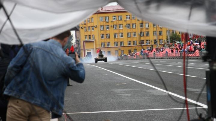 Зонтики и танки: парад Победы в Самаре в 10 фото