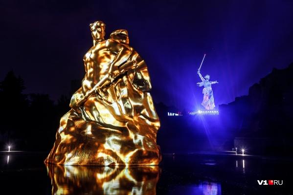 В этом году дизайнеры направили «Свет великой Победы» и на монумент «Стоять насмерть»