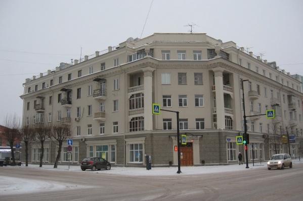 Перед Универсиадой фасады домов в центре выкрасили в серые и бежевые тона