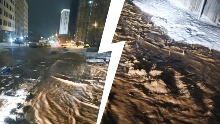 Мощным потоком заливает несколько улиц: ночью в Екатеринбурге прорвало трубу с холодной водой