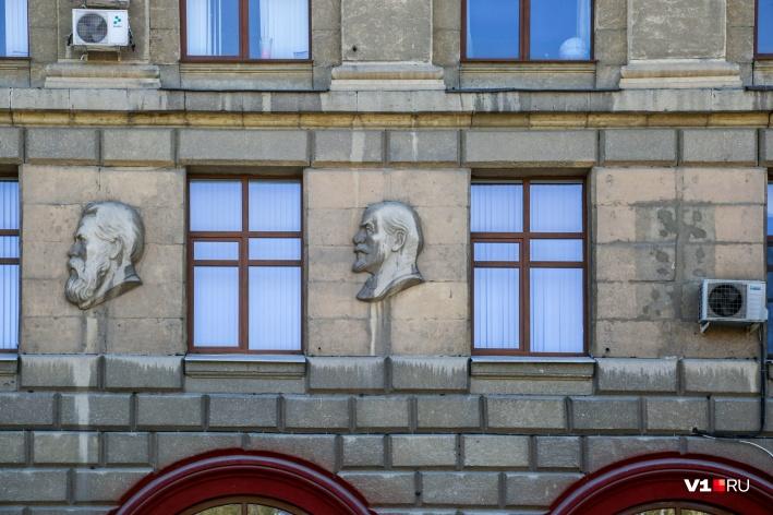 Место бывшего барельефа Сталина частично заслонял кондиционер
