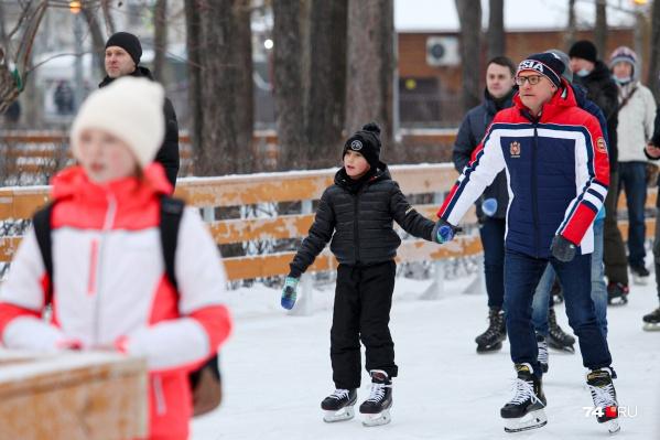 На коньках теперь можно кататься прямо по дорожкам в парке Терешковой