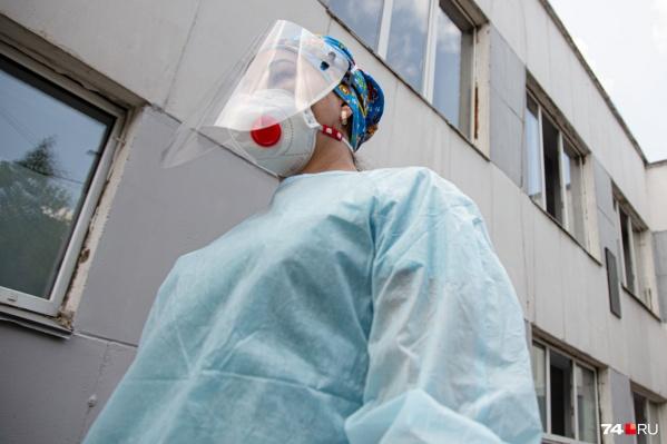 Врачи хоть и работают в защитных костюмах и масках, но всё равно заболевают