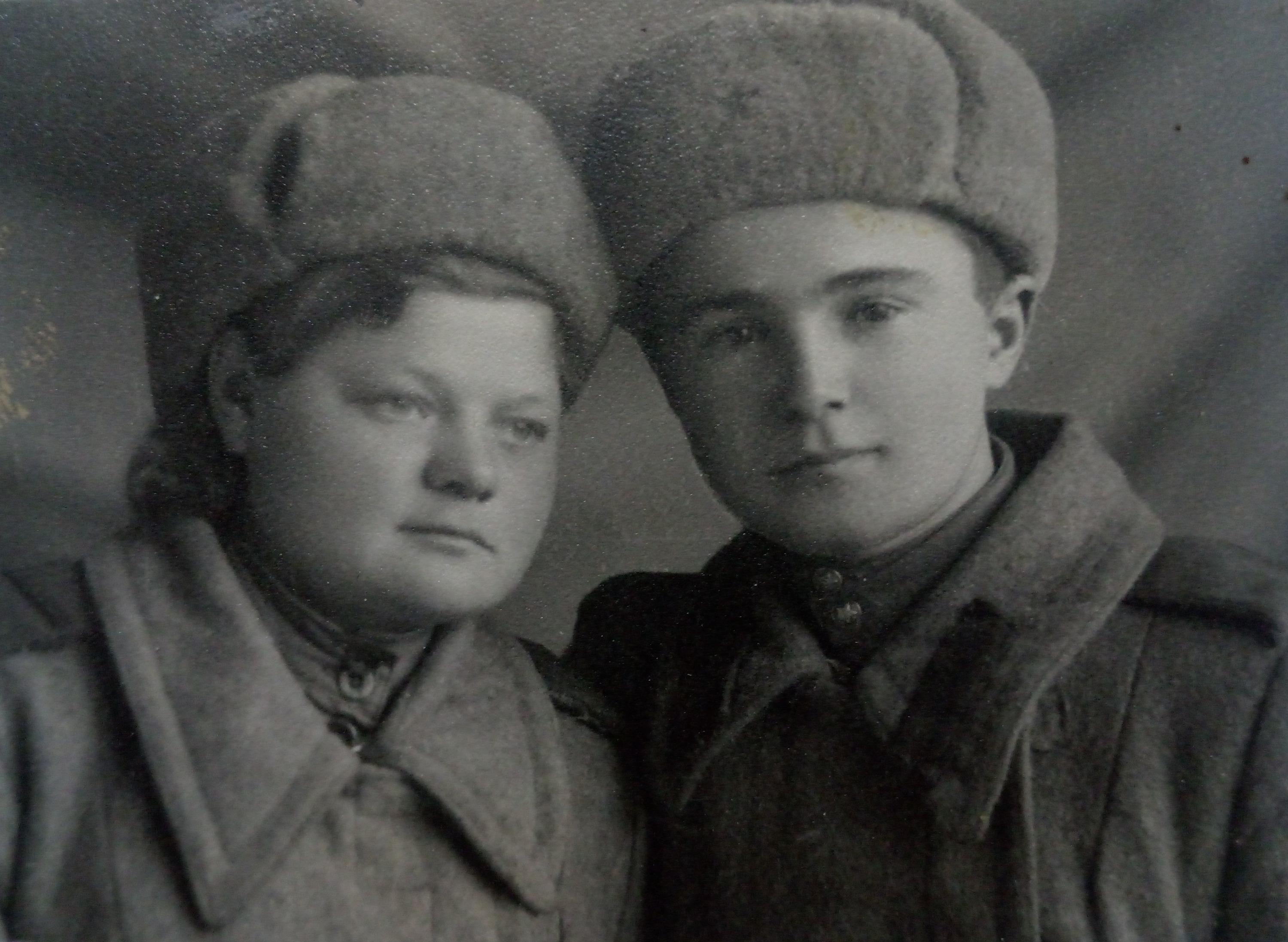 Евгения Никитина со своим товарищем и возлюбленным Петро Лозенко. Разведчик-радист погиб при выполнении одного из заданий командования