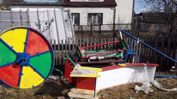 В тюменской деревне администрация купила детскую площадку и бросила её на улице