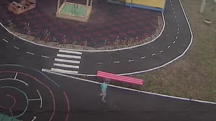Двухлетний ребенок в Канске ушел из садика в майке и шортах