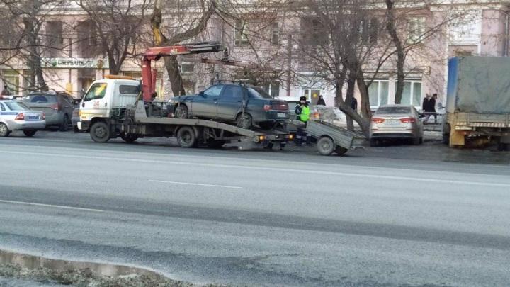 Челябинские эвакуаторщики утащили автопоезд. Смотрим, как неудержимый инспектор сумел его погрузить