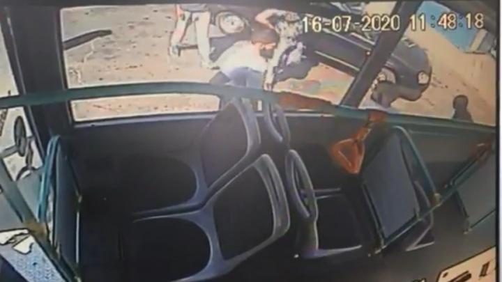 В Екатеринбурге по наводке пассажира избили водителя и кондуктора автобуса: видео драки