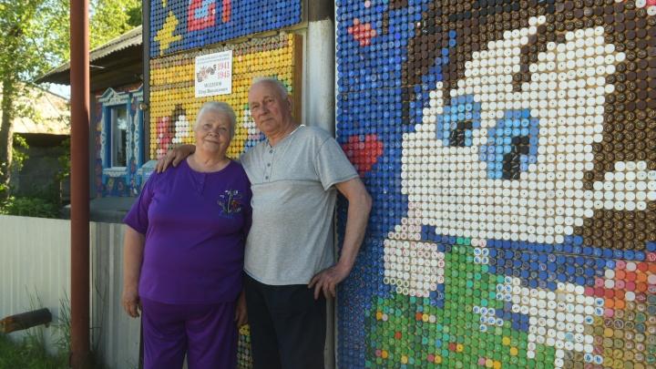 «Пробки присылали даже из Тольятти»: на Урале пенсионеры сделали дом из крышек