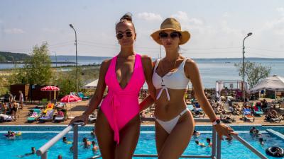 Горячий понедельник: 11 шикарных сибирячек в ярких купальниках — о том, оправдало ли лето их ожидания