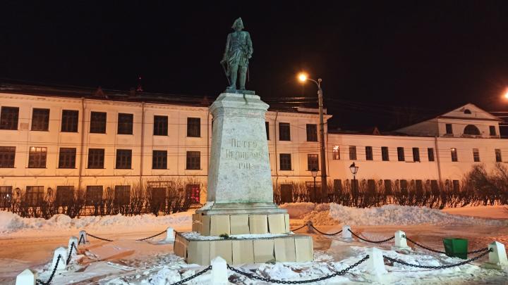 Памятник Петру I в Архангельске «облицевали» картонной плиткой