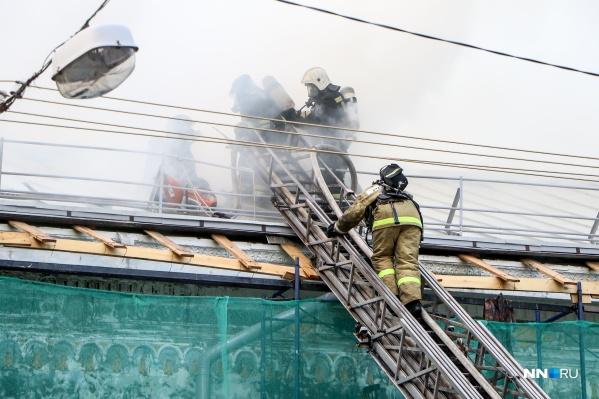 На то, чтобы одолеть открытый огонь, пожарным потребовалось более трёх часов