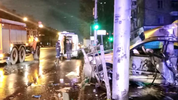 Сначала водитель сбил пешехода: подробности ДТП на Вертковской, где пассажирку доставали спасатели
