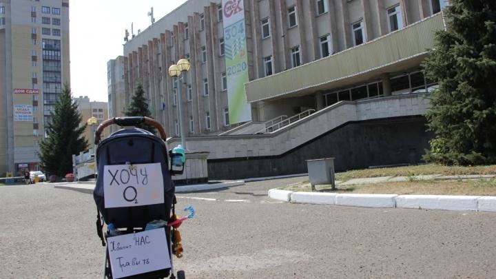 «Хочу О2»: омичка с ребёнком вышла на одиночный пикет из-за выбросов